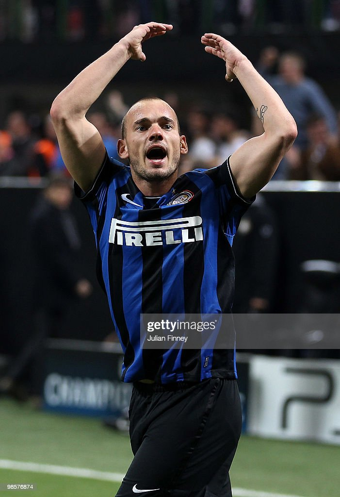 Wesley Sneijder of Inter celebrates his 1:1 equalising goal during the UEFA Champions League Semi Final 1st Leg match between Inter Milan and Barcelona at the San Siro on April 20, 2010 in Milan, Italy.