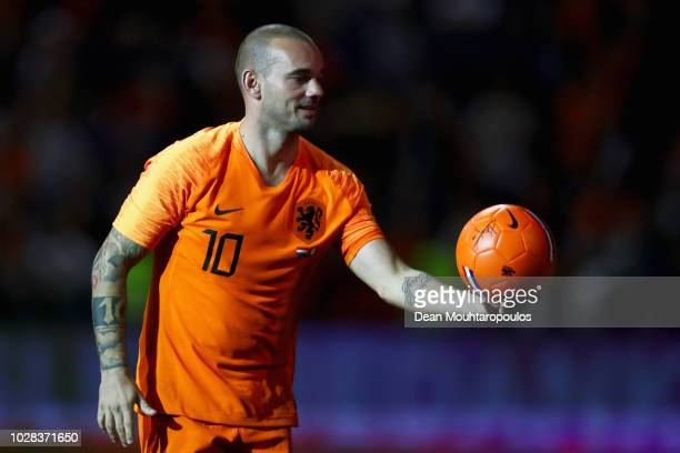 Wesley Sneijder of the Netherlands thanks the fans after the International friendly match match between The Netherlands and Peru at the Johan Cruijff...