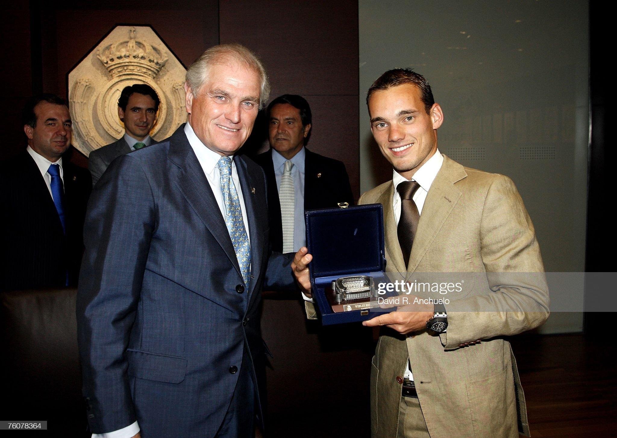 ¿Cuánto mide Ramón Calderón? Wesley-sneijder-receives-a-present-from-ramon-calderon-reals-before-picture-id76078364?s=2048x2048