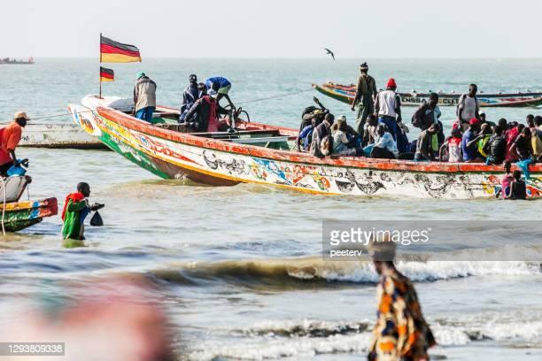mercado de pescado del oeste de africa en la playa - tanji, gambia - gambia fotografías e imágenes de stock