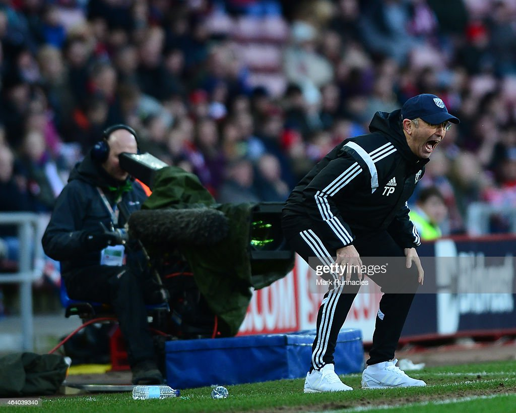West Bromwich Albion manager Tony Pulis shouts instructions from the side line during the Barclays Premier League match between Sunderland and West Bromwich Albion at Stadium of Light on February 21, 2015 in Sunderland, England.