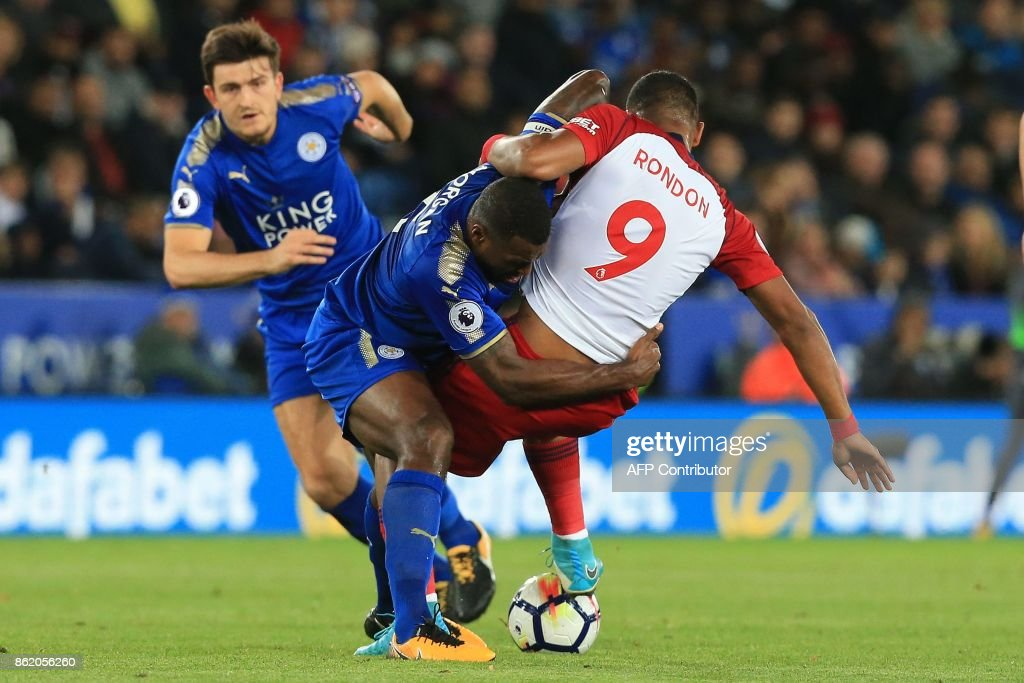 West Bromwich Albion's Venezuelan striker Salomon Rondon (R) vies with Leicester City's English-born Jamaican defender Wes Morgan during the English Premier League football match between Leicester City and West Bromwich Albion at King Power Stadium in Leicester, central England on Octopber 16, 2017. / AFP PHOTO / Lindsey PARNABY / RESTRICTED TO EDITORIAL USE. No use with unauthorized audio, video, data, fixture lists, club/league logos or 'live' services. Online in-match use limited to 75 images, no video emulation. No use in betting, games or single club/league/player publications. /