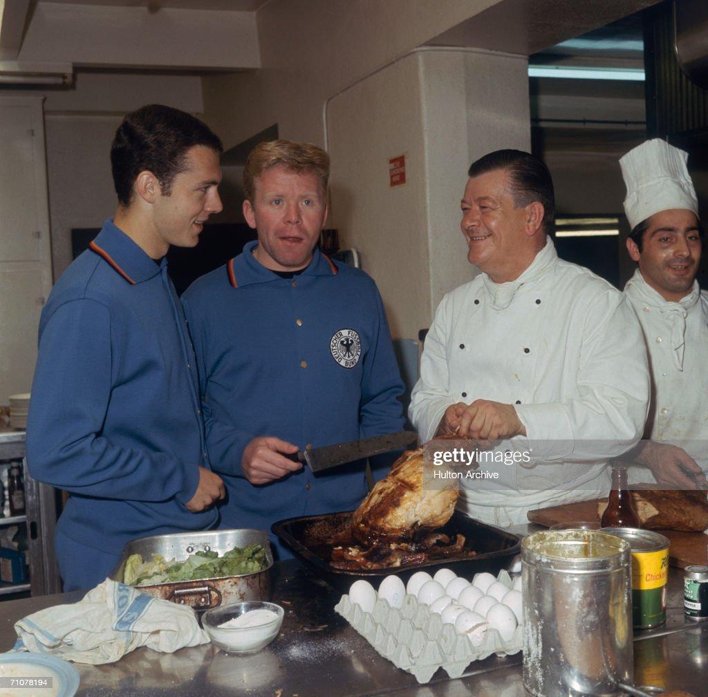 Celebrity Kitchen Hands : News Photo
