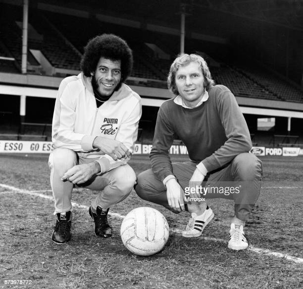 West Ham and England captain Bobby Moore meets Carlos Alberto captain of Santos and the 1970 World Cupwinning Brazil team at Upton Park Carlos...
