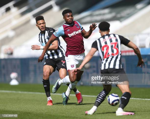 West Ham United's Ben Johnson gets in between Newcastle United's Joelinton and Jacob Murphy during the Premier League match between Newcastle United...