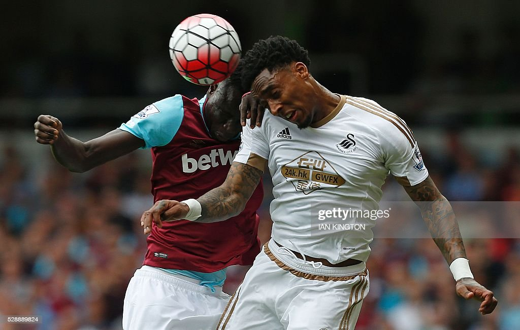 TOPSHOT - West Ham United's Senegalese midfielder Cheikhou Kouyate (L) vies inthe air with Swansea City's Dutch midfielder Leroy Fer during the English Premier League football match between West Ham United and Swansea City at The Boleyn Ground in Upton Park, in east London on May 7, 2016. / AFP / Ian Kington / RESTRICTED TO EDITORIAL USE. No use with unauthorized audio, video, data, fixture lists, club/league logos or 'live' services. Online in-match use limited to 75 images, no video emulation. No use in betting, games or single club/league/player publications. /