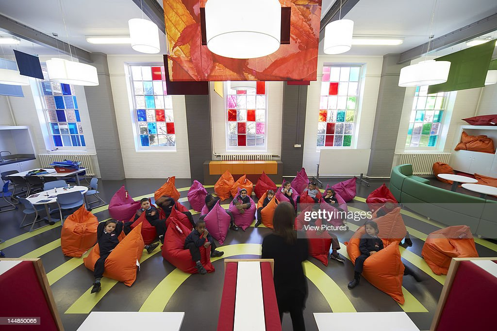 West Hill Primary SchoolLondonUnited Kingdom Architect:  Degw 2009 West Hill Primary School, Degw, London, Uk, 2009 Interior Shot Showing Children Seated On Bean Bags : Photo d'actualité