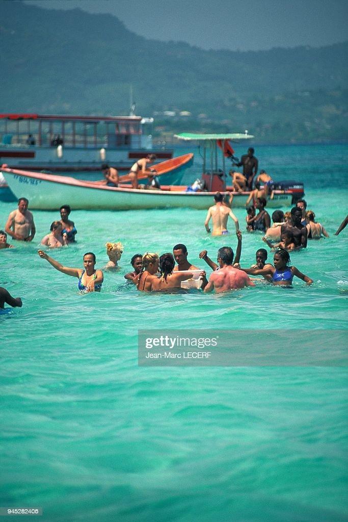 West Indies Martinique Baignoire De Josephine Sea People Boat Photo D Actualite Getty Images