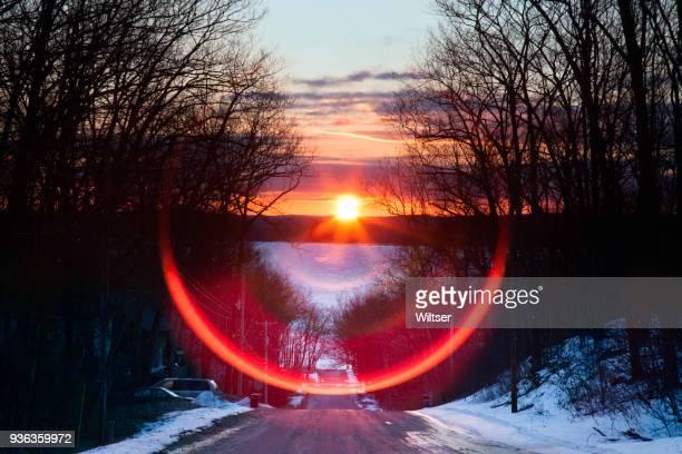 oeste en coche pino primavera equinoccio lente llamarada salida del sol - equinoccio de primavera fotografías e imágenes de stock