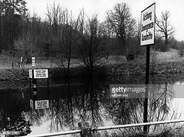 """West-Berlin: der Teltowkanal an der Grenze in Dreilinden. """"Achtung Zonengrenze Kanalmitte"""", """" Sowjetzone, Nicht befahren"""""""