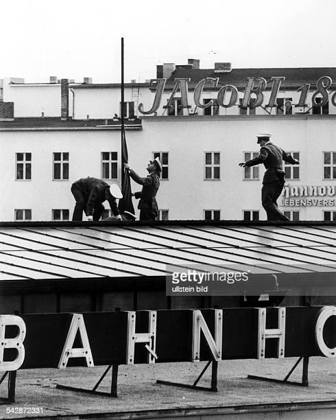 Westberliner Polizei entfernt die RoteFahne auf dem Gebäude des Bahnhofs Zoodie zum Tode von Otto Grotewohlaufgehängt worden warSeptember 1964