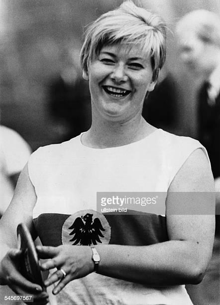 Westermann Liesel *Leichtathletin Diskuswerferin D Portrait mit Diskus 1967