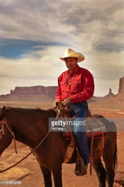 モニュメント ・ バレー部族公園で馬に乗って西部のカウボーイのネイティブ アメリカン - ウエスタン映画 ストックフォトと画像