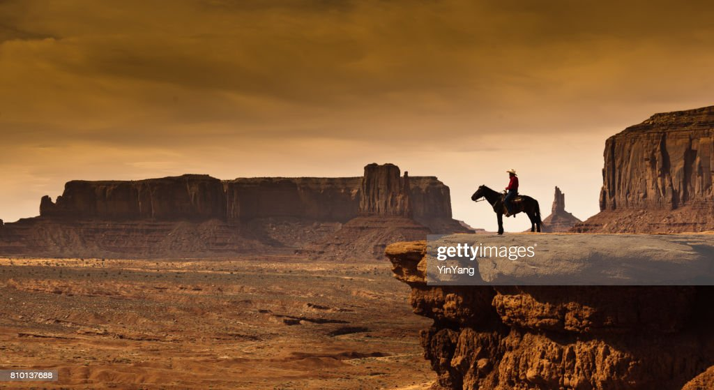 Western Cowboy Indianer zu Pferd in Monument Valley Tribal Park : Stock-Foto