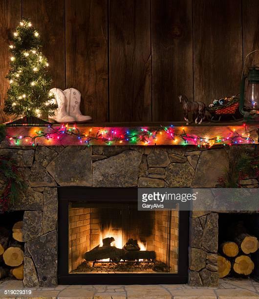 western lareira com decoração de natal-fogo, botas, iluminadas árvore de madeira, luminária - consolo de lareira - fotografias e filmes do acervo
