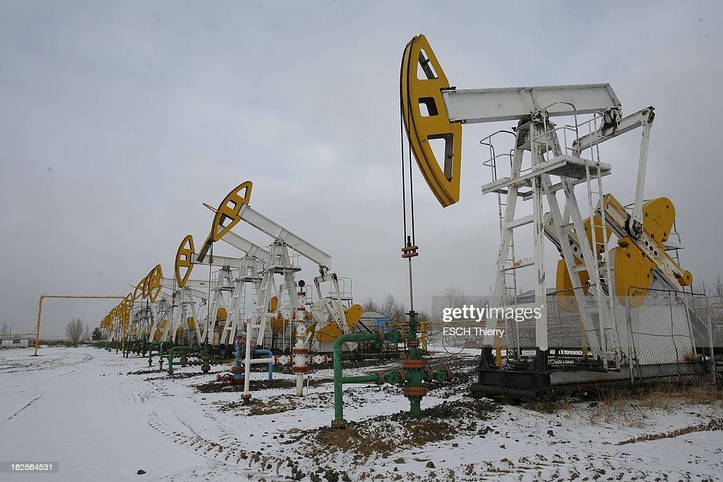 The New Russian Eldorado. La Sibérie n'est plus seulement un désert glacé, c'est un eldorado où se concentre l'essentiel des hydrocarbures. Tête de pont de ce boom fabuleux : Gazprom, dont l'Etat russe détient 38 % du capital. Des villes futuristes jaillissent au milieu des steppes, les salaires flirtent avec ceux de l'Ouest. Reportage en Sibérie occidentale, au coeur de la soudaine richesse des pionniers du grand froid. 23 octobre 2007, station de forage de pétrole de Federovsky, à 80 kilomètres au nord de Surgut.