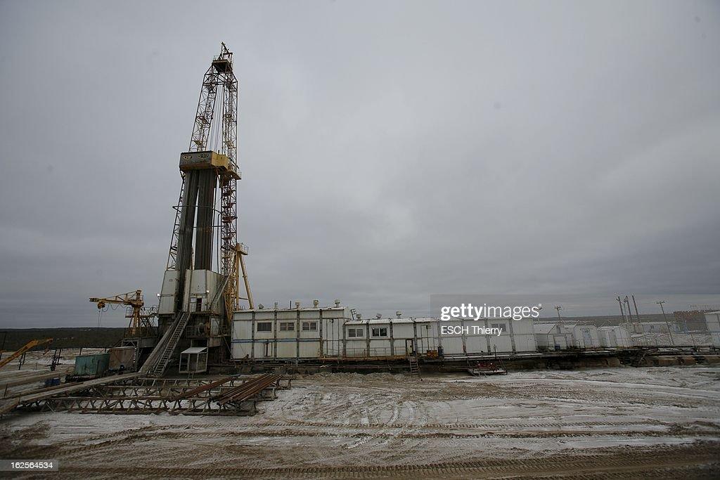 The New Russian Eldorado. La Sibérie n'est plus seulement un désert glacé, c'est un eldorado où se concentre l'essentiel des hydrocarbures. Tête de pont de ce boom fabuleux : Gazprom, dont l'Etat russe détient 38 % du capital. Des villes futuristes jaillissent au milieu des steppes, les salaires flirtent avec ceux de l'Ouest. Reportage en Sibérie occidentale, au coeur de la soudaine richesse des pionniers du grand froid. Lundi 22 octobre 2007, station de forage de pétrole de Federovsky, à 80 kilomètres au nord de Surgut.