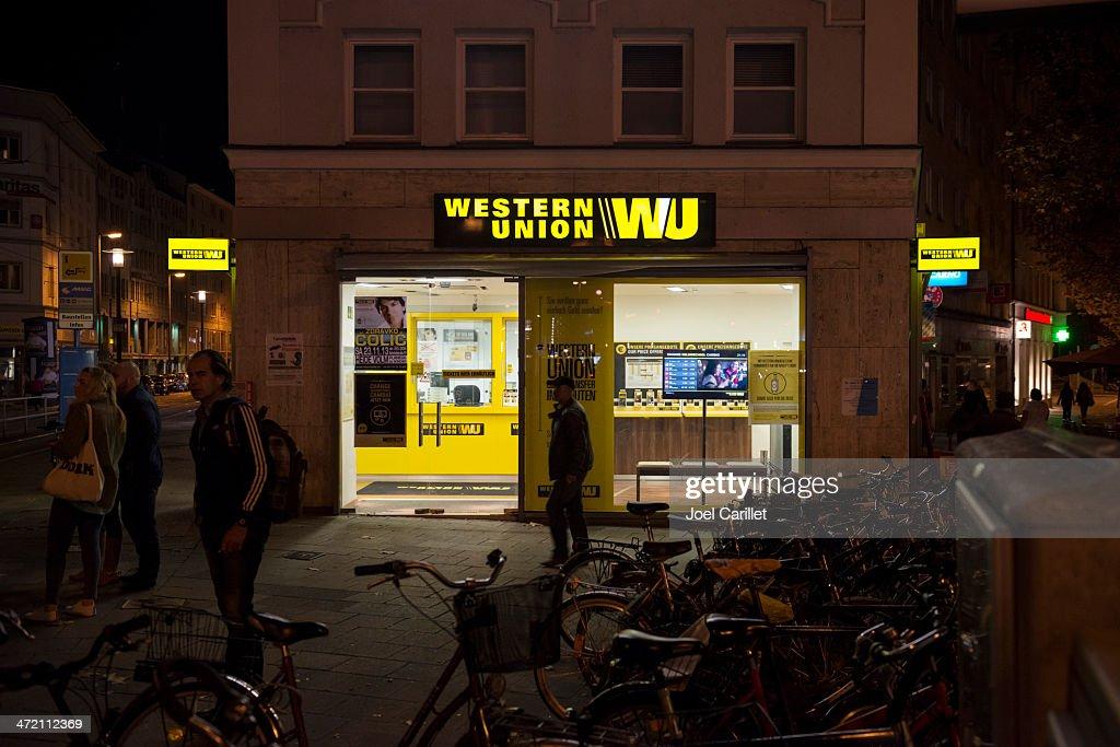 Bureaux Western Union Paris : Western union photos et images de collection getty images