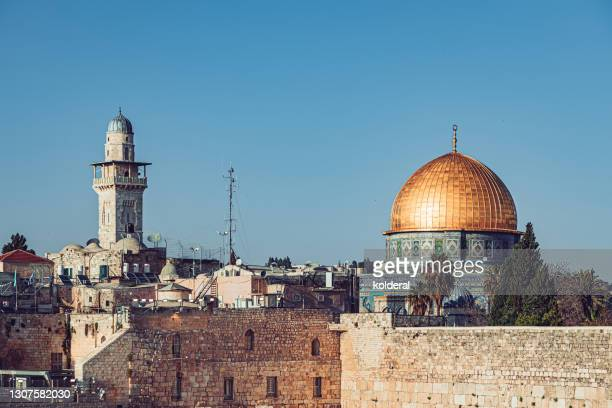 western wall and dome of the rock mosque against blue sky - 嘆きの壁 ストックフォトと画像