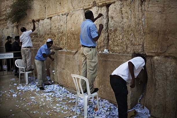 a western wall employees removes message