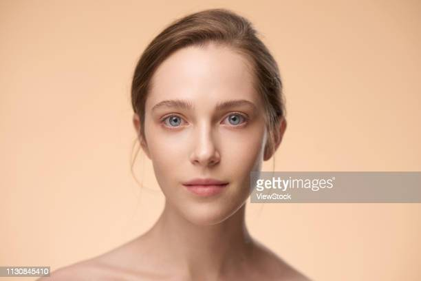 western women wear makeup - beautiful bare women stock pictures, royalty-free photos & images