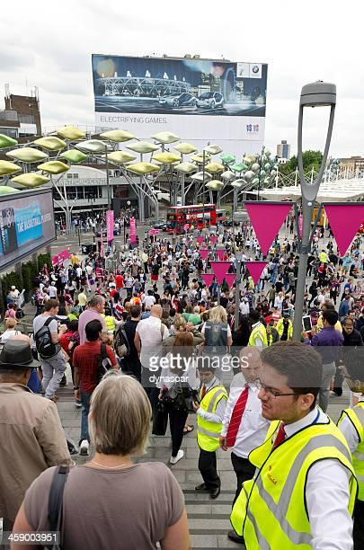 westfield shopping centre eingang zum olympic park, london - sportveranstaltung stock-fotos und bilder