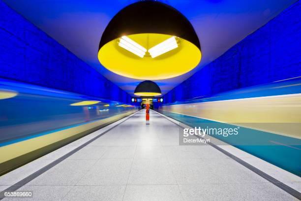 westfriedhof u-bahn-station in münchen, deutschland - bahnhof fotos stock-fotos und bilder