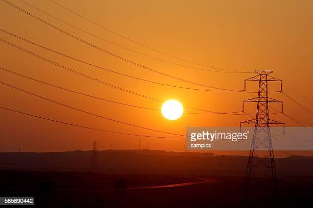 Westküste Sonnenuntergang mit mit Stromtrassen