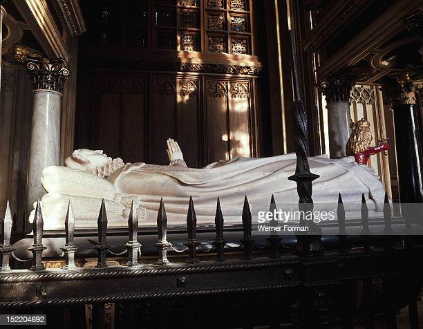 Westminster Abbey, Tomb of Mary, Queen of Scots. White marble effigy by William and Cornelius Cure, commisioned by her son, James I. England. Early...