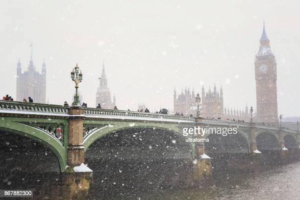 ponte de westminster e as casas do parlamento, durante uma tempestade de neve em londres - imagem tonalizada - fotografias e filmes do acervo