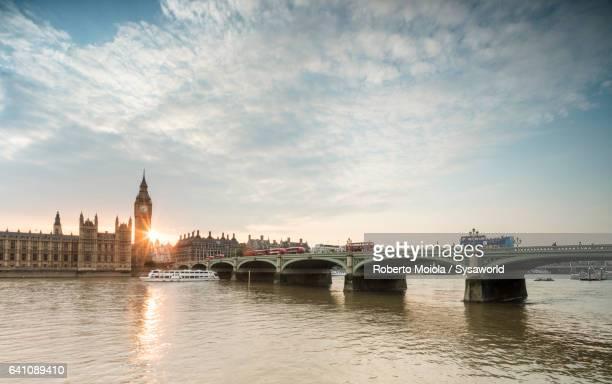 westminster bridge london - fluss themse stock-fotos und bilder