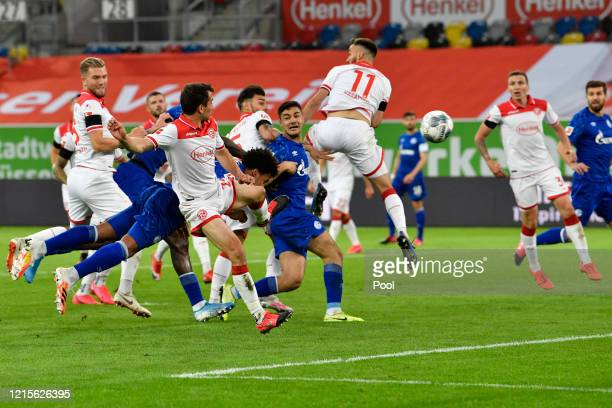 Weston McKennie of FC Schalke 04 scores his team's first goal during the Bundesliga match between Fortuna Duesseldorf and FC Schalke 04 at Merkur...