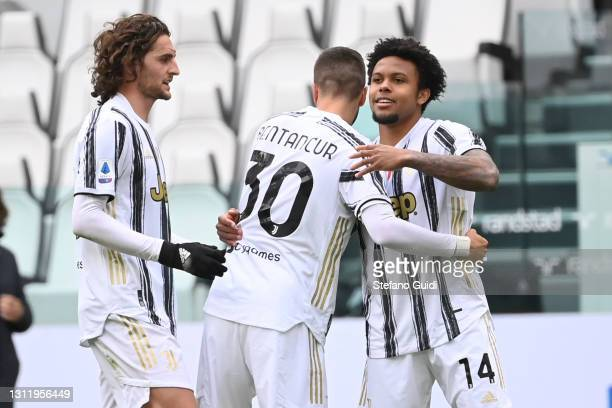 Weston McKennie of Juventus FC celebrates a goal with his team mates during the Serie A match between Juventus and Genoa CFC at Allianz Stadium on...
