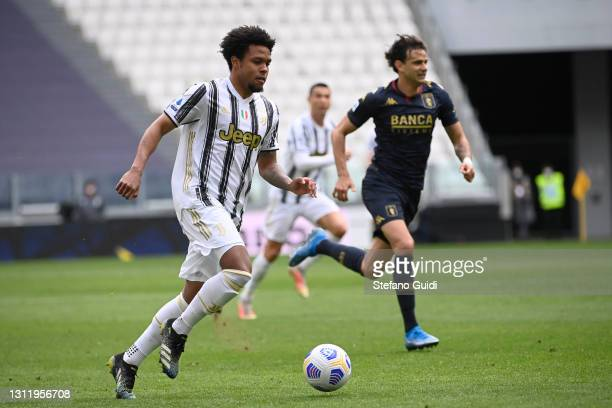 Weston McKennie of Juventus FC controls the ball during the Serie A match between Juventus and Genoa CFC at Allianz Stadium on April 11, 2021 in...