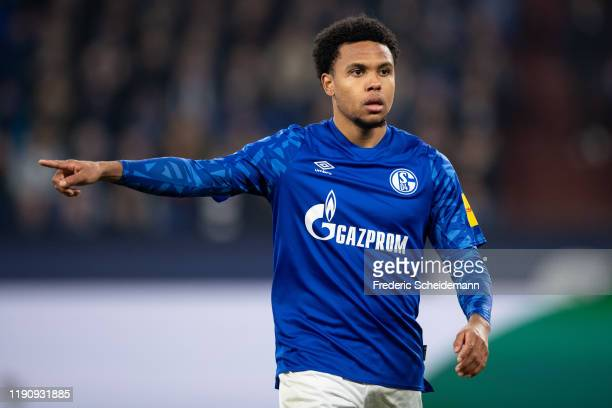 Weston McKennie of Schalke gives his team instructions during the Bundesliga match between FC Schalke 04 and 1. FC Union Berlin at Veltins-Arena on...
