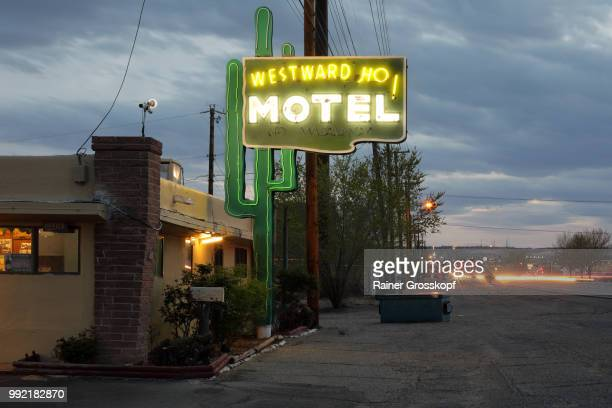 westward ho motel on route 66 at night - rainer grosskopf foto e immagini stock