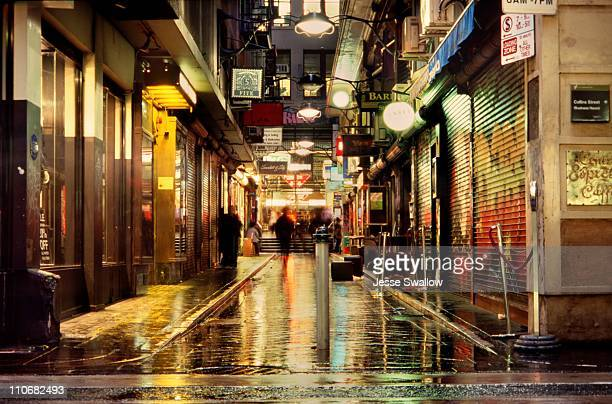 wet city lane by night - melbourne austrália - fotografias e filmes do acervo