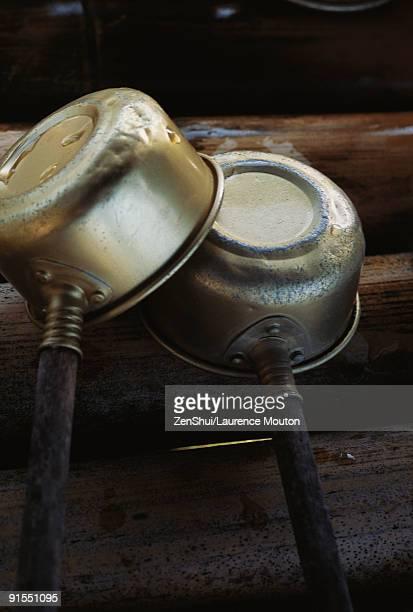 wet cooking pots, upside down, one leaning against the other drying - virada ao contrário - fotografias e filmes do acervo