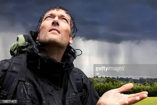 Wet Hiking-Hand, die hält sich für Regen