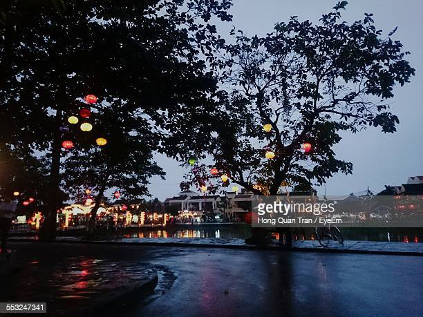 wet illuminated street by canal in front of houses at dusk - hong quan stock pictures, royalty-free photos & images