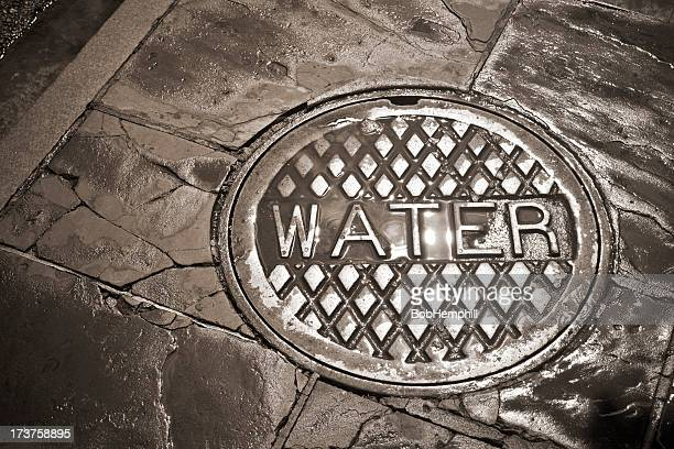 「Wet (ウェット)」のマンホール、バーボンストリート、ルイジアナ州ニューオーリンズ