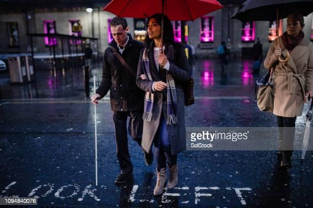 市内中心部の雨の降る夜 - 白杖 ストックフォトと画像