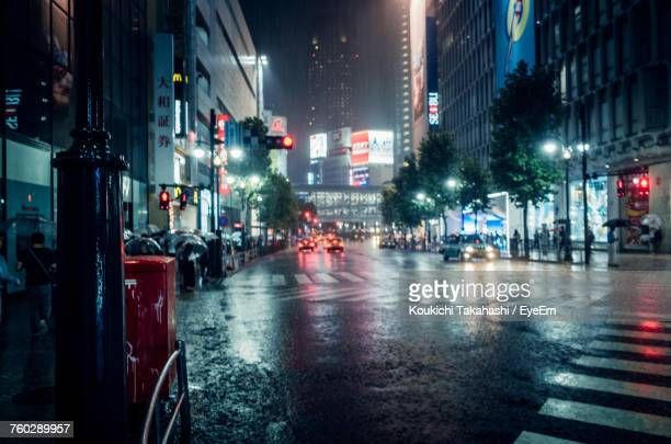 wet road in city at night - via principale foto e immagini stock