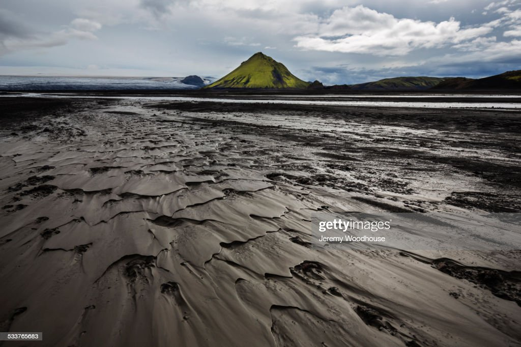 Wet sand and mountain on arctic beach : Foto stock