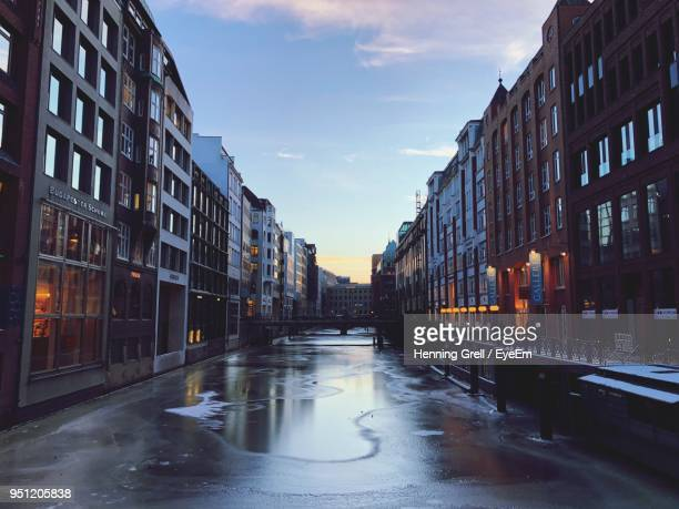 wet street in city during winter - nass stock-fotos und bilder
