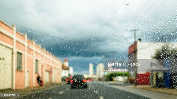 wet street - crmacedonio photos et images de collection