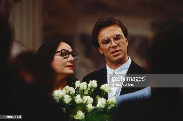 Wetten dass, Spielshow, Deutschland 1992, Gaststar Nana Mouskouri mit Moderator Wolfgang Lippert.