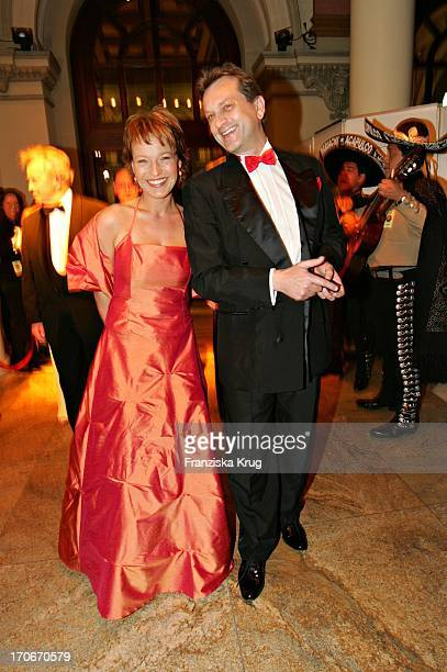Wetterfee Andrea Ballschuh Mit Begleitung Harald Wohlradt Beim Frankfurter Opernball In Der Alten Oper Am 260205