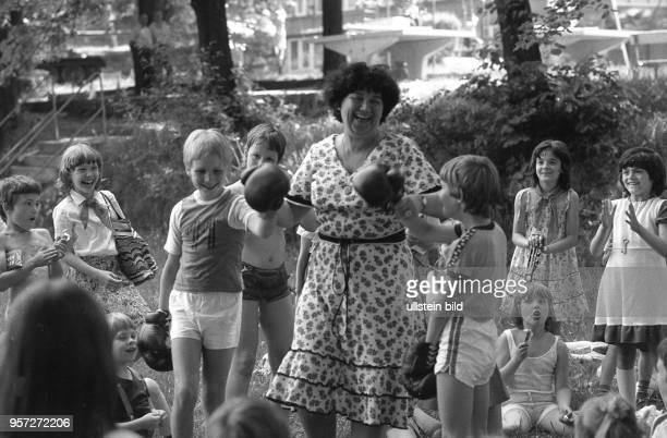 Wettkampf kleiner Boxer bei einem Fest zum Internationalen Kindertag am 1Juni 1982 in Karl Marx Stadt