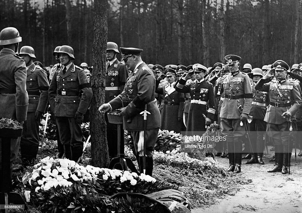 Wever, Walter - Officer, Germany*11.11.1887-03.06.1936+Funeral in Kleinmachnow: at the grave: Reichminister Hermann Goering, in the background: General Werner von Blomberg and Colonel-General Werner von Fritsch - Photographer: Heinz Fremke- Published : Nieuwsfoto's